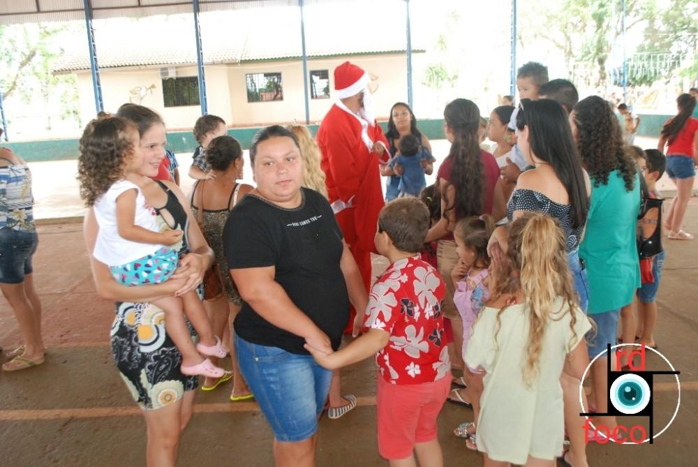 Papai Noel distribui doces para as crianças do PIM Criança Feliz