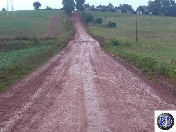 Em dias de chuva, a estrada fica praticamente intransitável