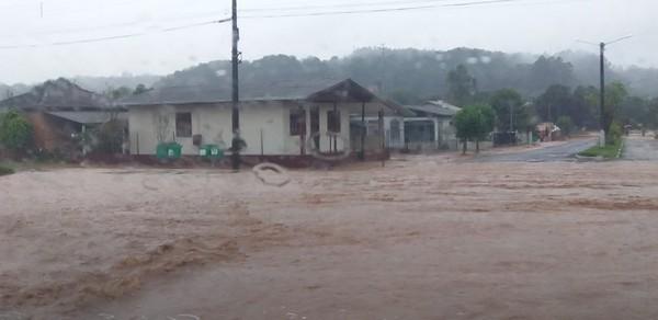 Chuva forte alaga ruas de Erval Seco. Veja vídeos
