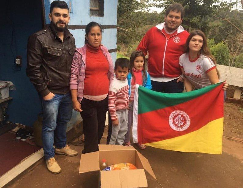 Erval Seco: Consulado do Internacional distribui alimentos para famílias carentes