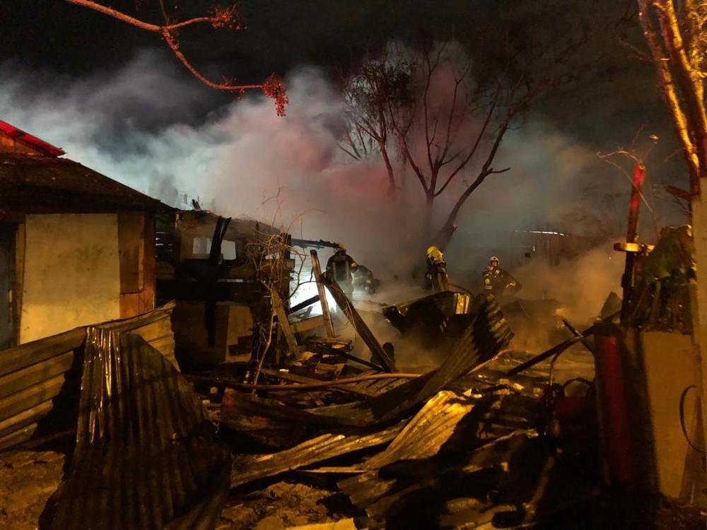 Duas casas ficaram destruídas e uma terceira foi atingida pelo fogo — Foto: Matheus Felipe/RBS TV