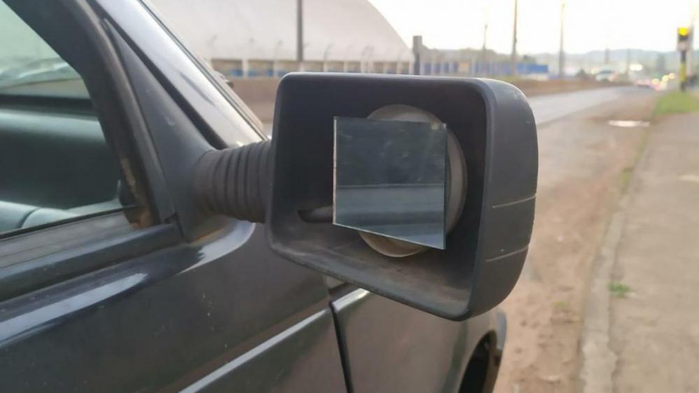 Retrovisor improvisado e outras irregularidades foram constatadas no veículo (Foto: Divulgação)