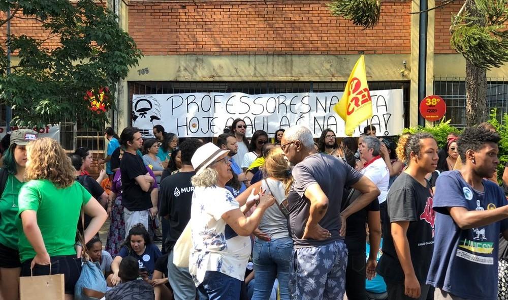 Educadores estão em frente à CRE em Porto Alegre — Foto: Matheus Felipe/RBS TV