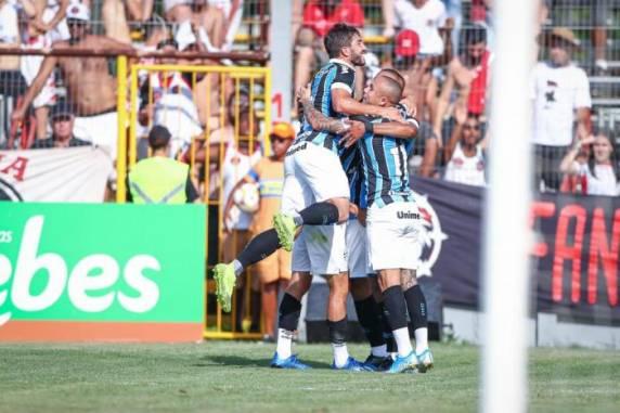Jogadores do Grêmio comemoram o único gol da partida - Foto:Lucas Uebel / Grêmio/Divulgação