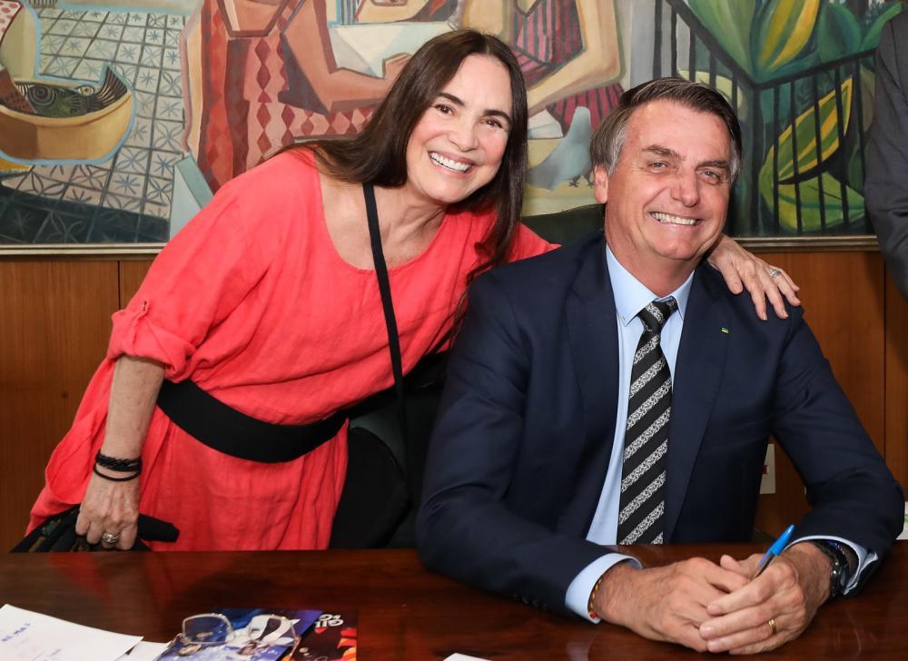 A atriz Regina Duarte com o presidente Jair Bolsonaro, pouco de antes de anunciar que aceitou o cargo na Secretaria Especial de Cultura nesta quarta-feira (30) — Foto: Marcos Corrêa/PR