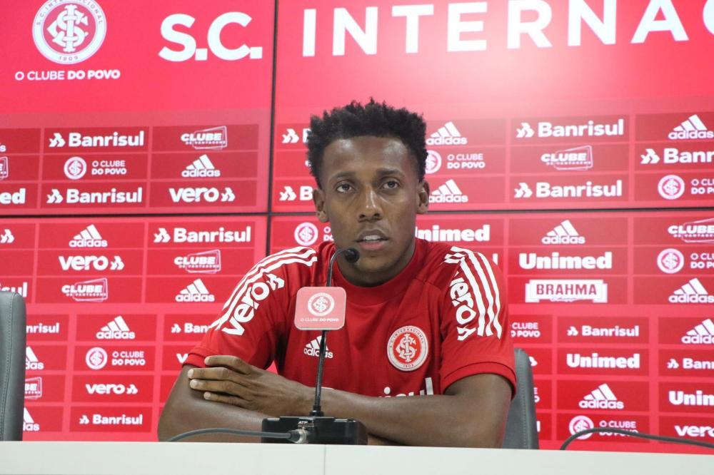 Comentários racistas foram feitos durante transmissão da entrevista coletiva do lateral Moisés nesta quarta-feira | Foto: Ricardo Duarte / Inter / Divulgação / CP