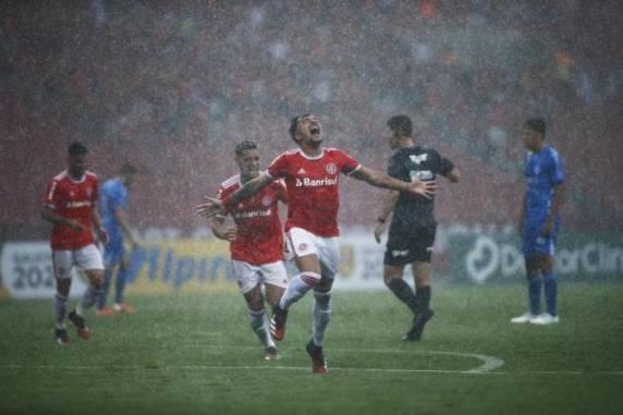 Lateral Heitor marcou o primeiro gol da partida aos 43 minutos do primeiro tempo - Foto:Felix Zucco / Agencia RBS