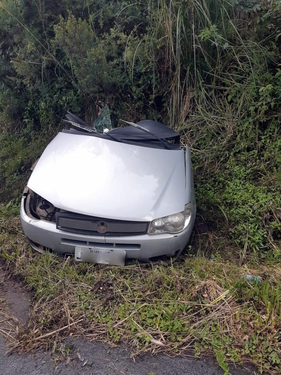 Carro é partido ao meio em acidente com caminhão e quatro pessoas morrem em SC