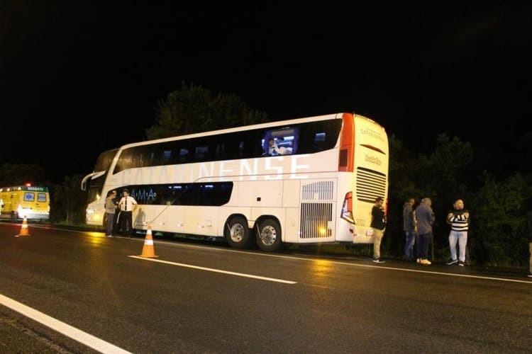 Três bandidos são mortos por passageiros durante assalto a ônibus no Paraná