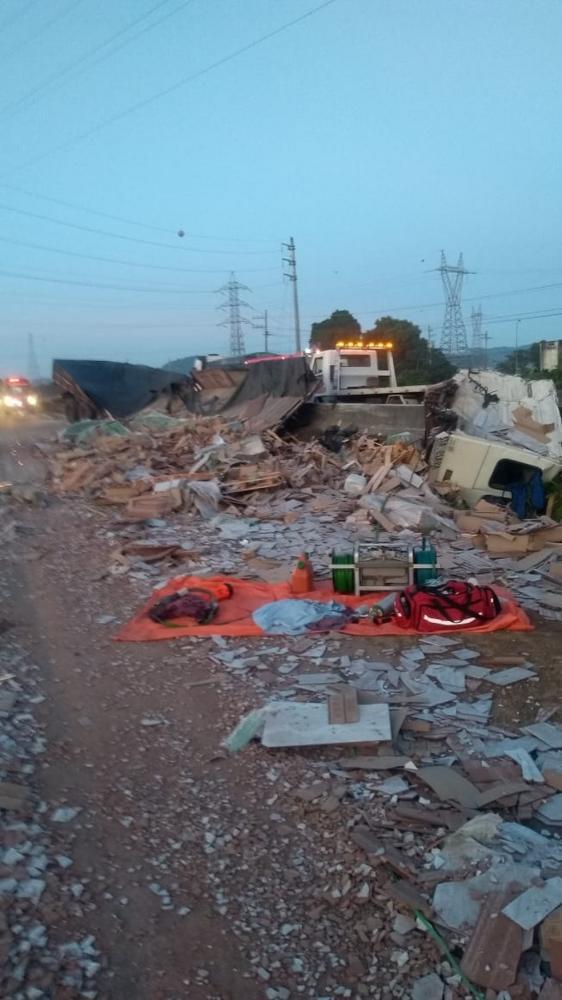Carga ficou espalhada na pista após o acidente — Foto: Corpo de Bombeiros/ Divulgação