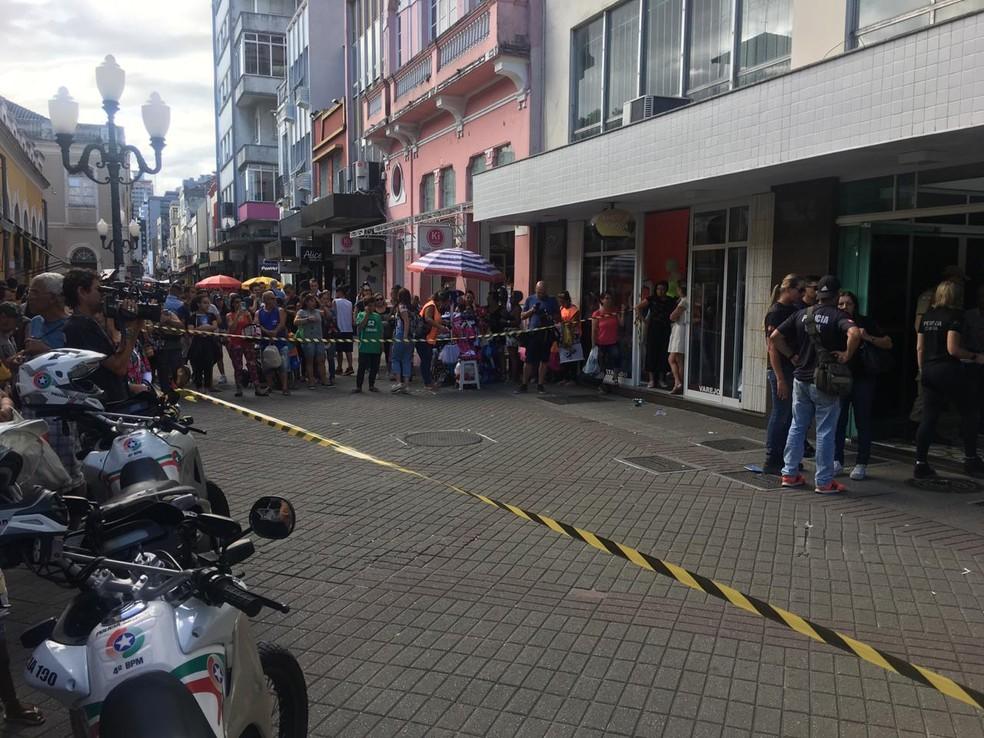 Área onde houve tentativa de assalto no Centro de Florianópolis é isolada — Foto: André Zanfonatto/NSC TV