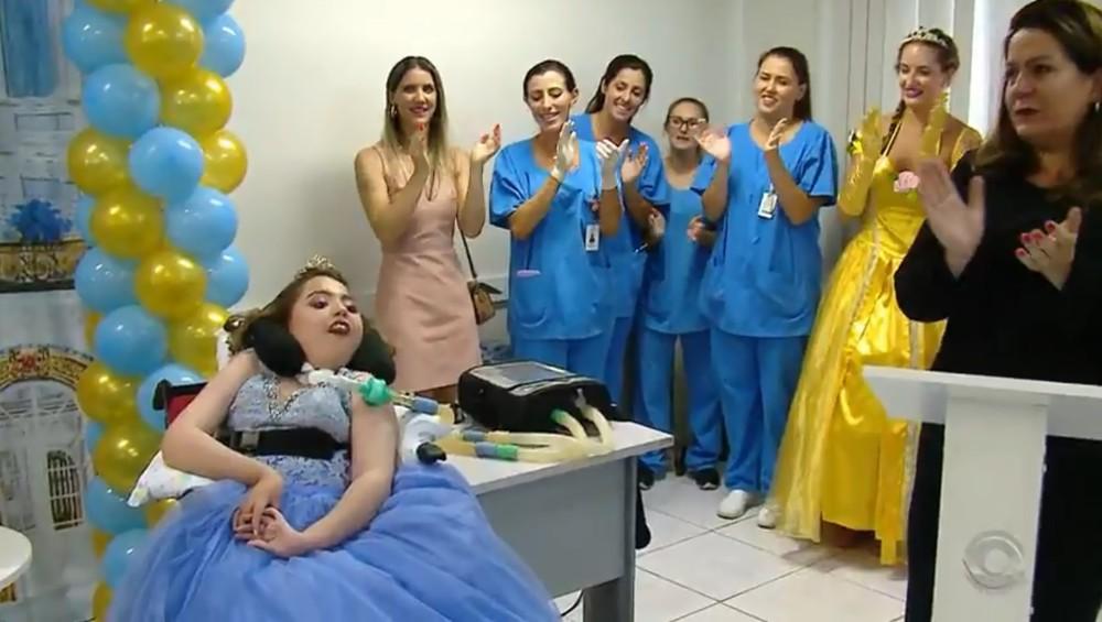 Kimberly realizou o sonho de ter uma festa das princesas. — Foto: Reprodução / RBS TV