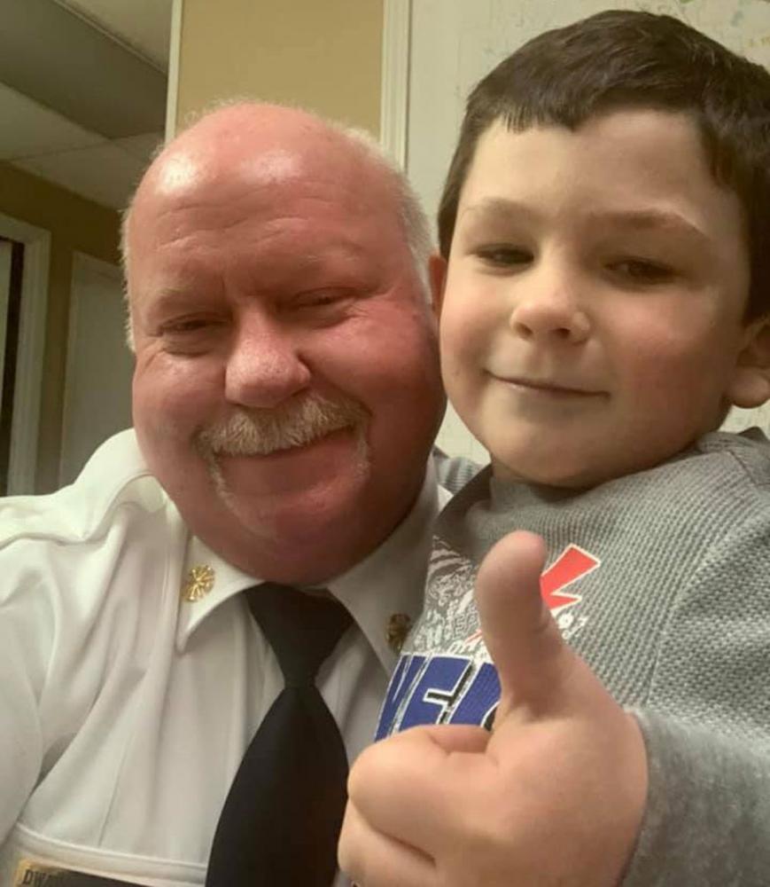 Noah Woods e o chefe dos bombeiros de Bartow County, Dwayne Jamison — Foto: Reprodução/Facebook/Bartow County Fire Department