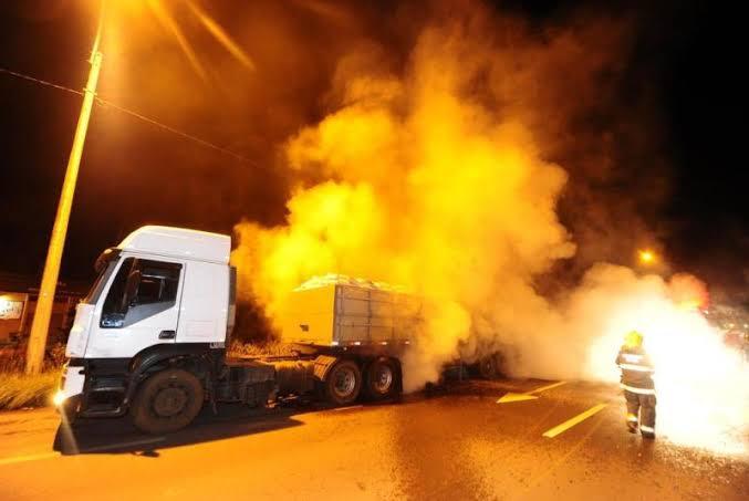 Fogo teve início na parte dos freios do caminhão, que trafegava pela RS 453, em Caxias do Sul - Foto:PorthusJunior / Agencia RBS