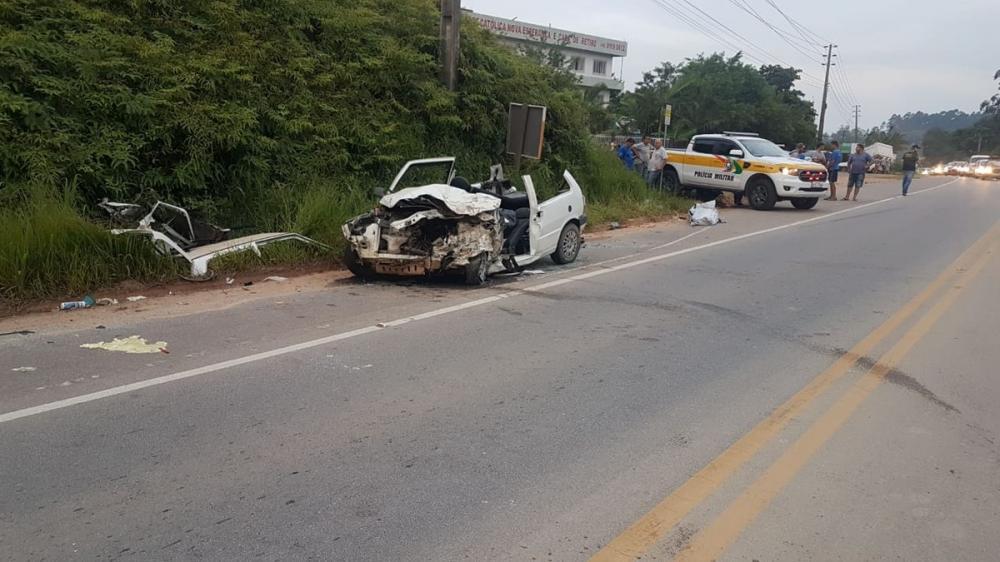 Motorista de carro morre após batida frontal com caminhão em Tijucas, SC. — Foto: PMRv/Divulgação