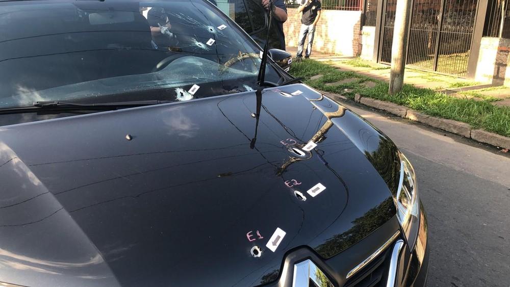 Polícia diz que 30 tiros foram disparados contra carro de aplicativo em Porto Alegre — Foto: Nathalia King/RBS TV