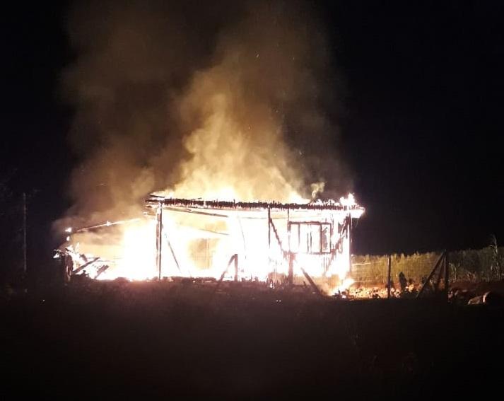 Incêndio ocorreu na madrugada desta sexta-feira. (Fotos: Ouvinte/WhatsApp)