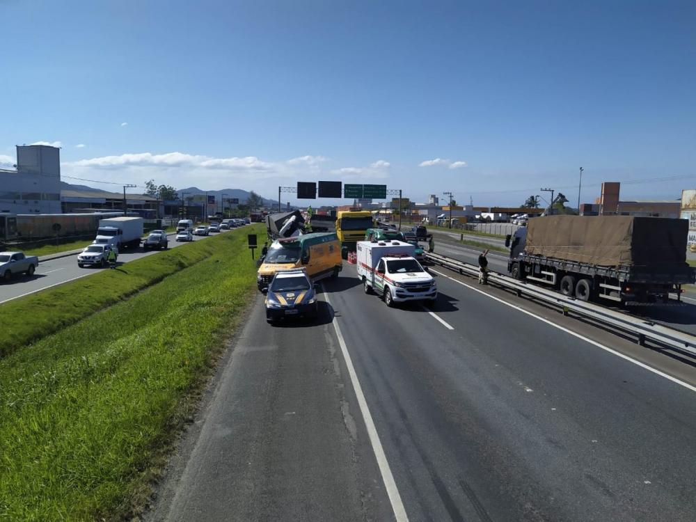 Pista principal ficou bloqueada após colisão entre duas carretas — Foto: Polícia Rodoviária Federal/Divulgação
