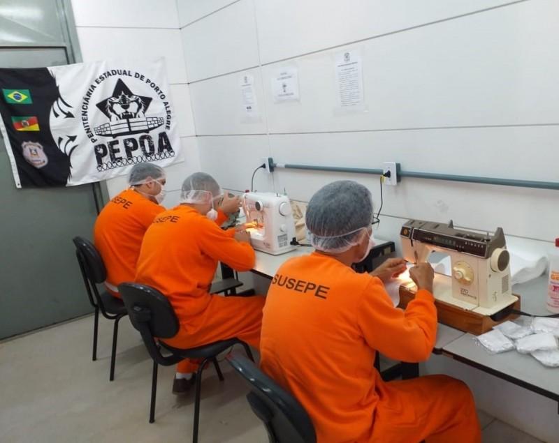 Uma sala preparada para a oficina de costura viabiliza o trabalho para três apenados da Penitenciária Estadual de Porto Alegre - Foto: Divulgação Seapen-Susepe