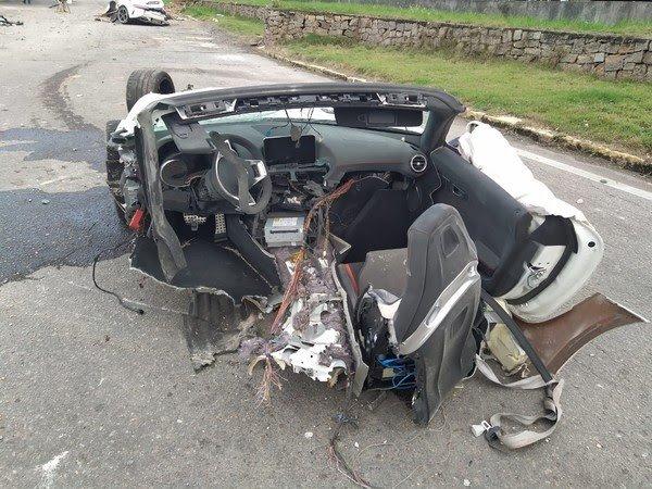 Veículo em que estava Roberto Angeloni ficou destruído após batida em SC — Foto: Divulgação/PRF-SC