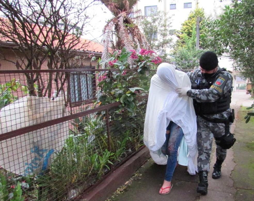 Suspeita chegou pouco antes das 11h da manhã na delegacia em Erechim — Foto: Alan Dias/Jornal Bom Dia