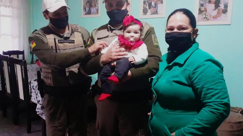 Soldados com família de menina que auxiliaram no salvamento - Fotos: Soldado Pâmela/ 2ºRPMon