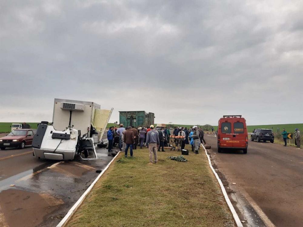 Grave acidente registrado nesta segunda-feira no trevo de acesso a Humaitá. (Foto: Thomás Silvestre/Rádio Alto Uruguai)