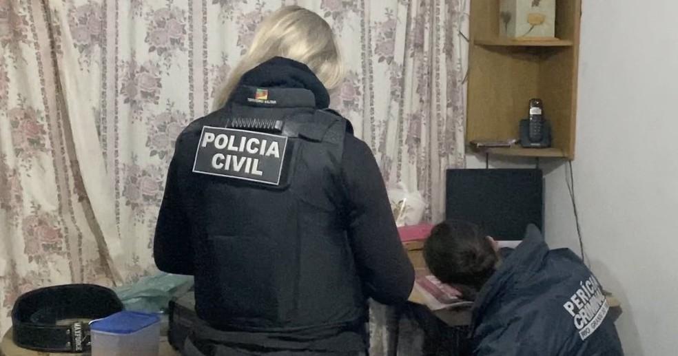 Estão sendo cumpridos mandados de busca e apreensão em residências de suspeitos — Foto: Divulgação/Polícia Civil