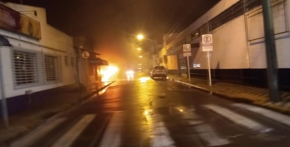 Terror em Botucatu: bandidos atacam agências bancárias e trocam tiros com a PM