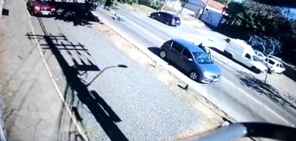 Câmeras de monitoramento flagraram a ação — Foto: Reprodução / RBS TV