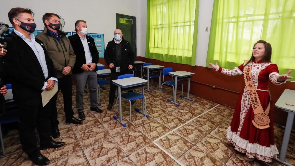 Bolsonaro conhece em Bagé a primeira escola cívico-militar inaugurada no Rio Grande do Sul