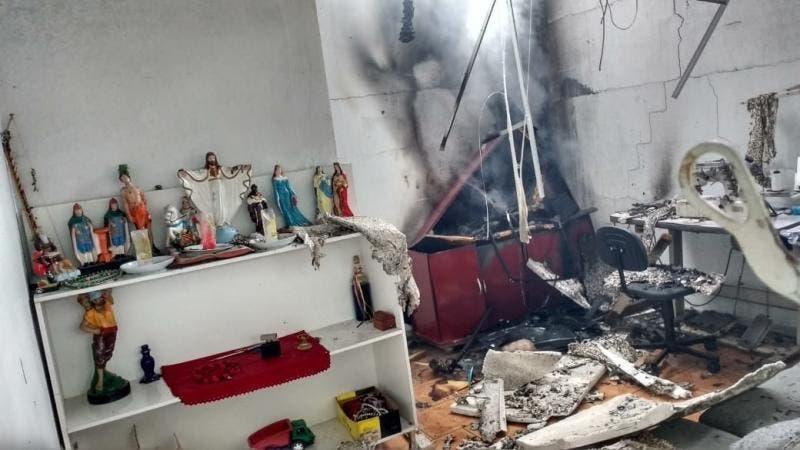 Imagens de santos não foram atingidas pelo incêndio(Foto: Bombeiros Voluntários, Divulgação)