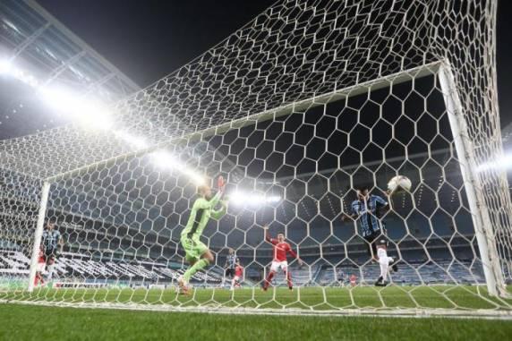 Maicon aproveitou jogada pelo alto para marcar o primeiro gol da partida - Foto:Jefferson Botega/Agencia RBS