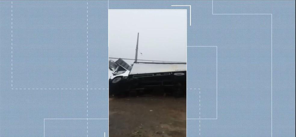 Caminhão tomba por causa de forte temporal em Tangará — Foto: Reprodução/NSC TV