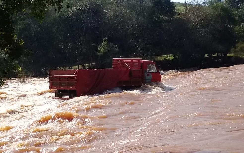 Caminhão ficou preso na correnteza entre Jacutinga e Ponte Preta, no Norte do RS — Foto: Bombeiros Voluntários de Jacutinga/Divulgação