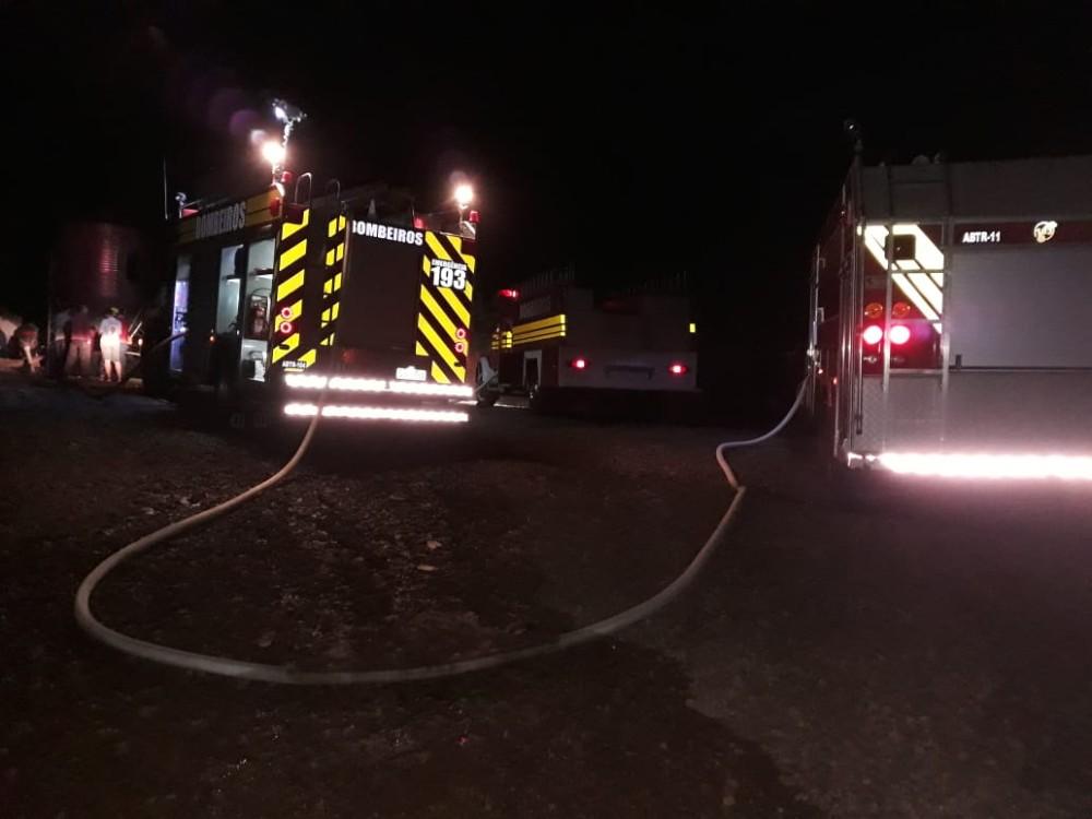 Aviário com cerca de 30 mil pintinhos pega fogo no oeste catarinense