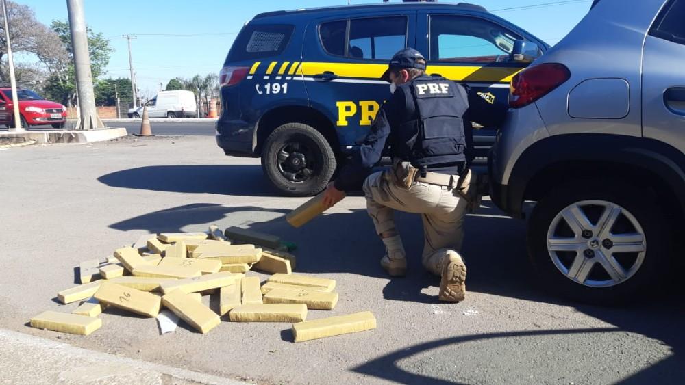 PRF prende casal em veículo com 61 quilos de maconha na BR 285