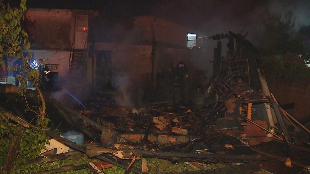 Família acredita que incêndio tenha sido provocado por um curto circuito — Foto: Reprodução / RBS TV