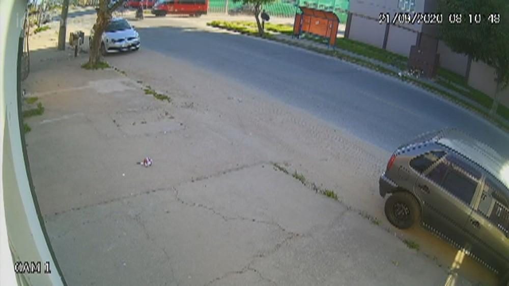Câmeras de segurança flagraram o momento do atropelamento — Foto: Reprodução / RBS TV