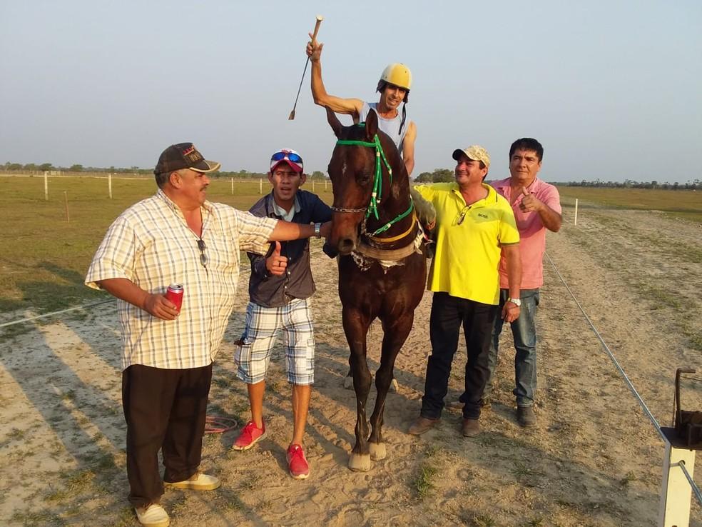 Jóquei Alex Airoso sofreu um acidente com o cavalo na Bolívia e está em coma — Foto: Brayan Airoso/Arquivo Pessoal