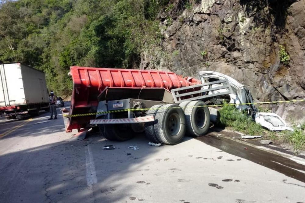 Caminhão com placas de Bento Gonçalves estava carregado de areia Foto: Grupo Rodoviário / Divulgação