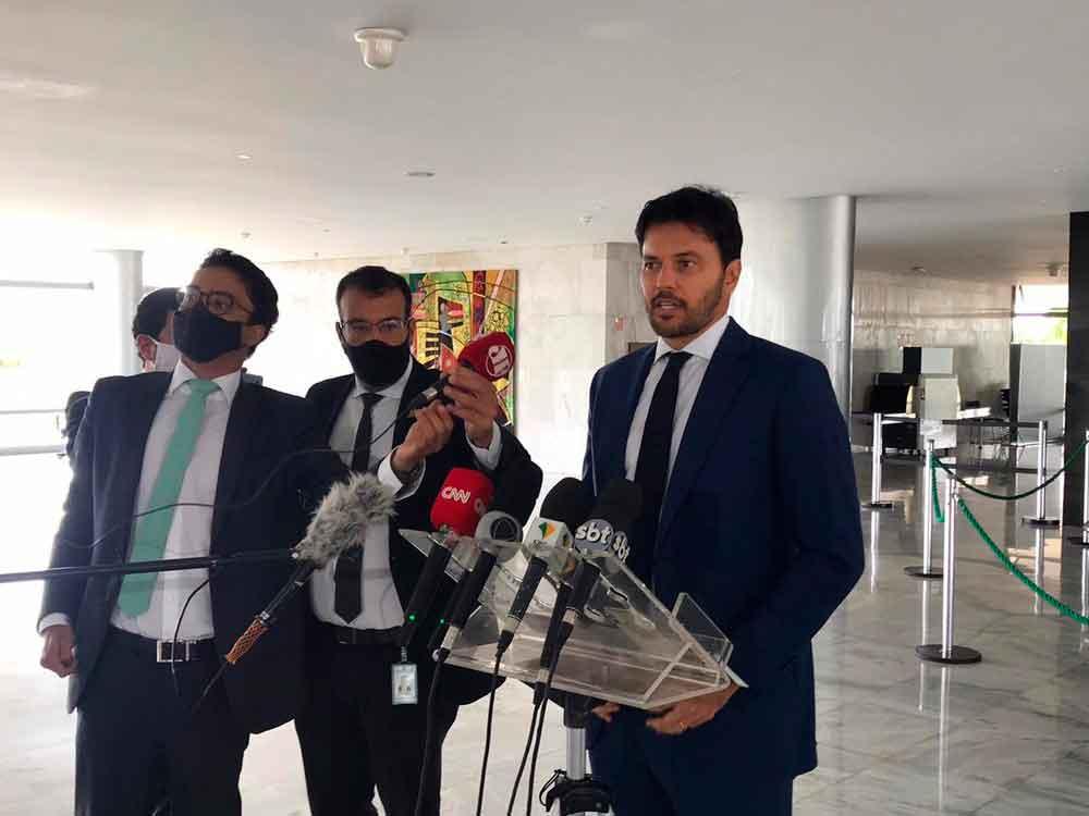 Ministro Fabio Faria (D) levou texto ao Planalto nesta quarta-feira (14), mas não apresentou o documento à imprensa. Foto: Guilherme Mazui/Divulgação