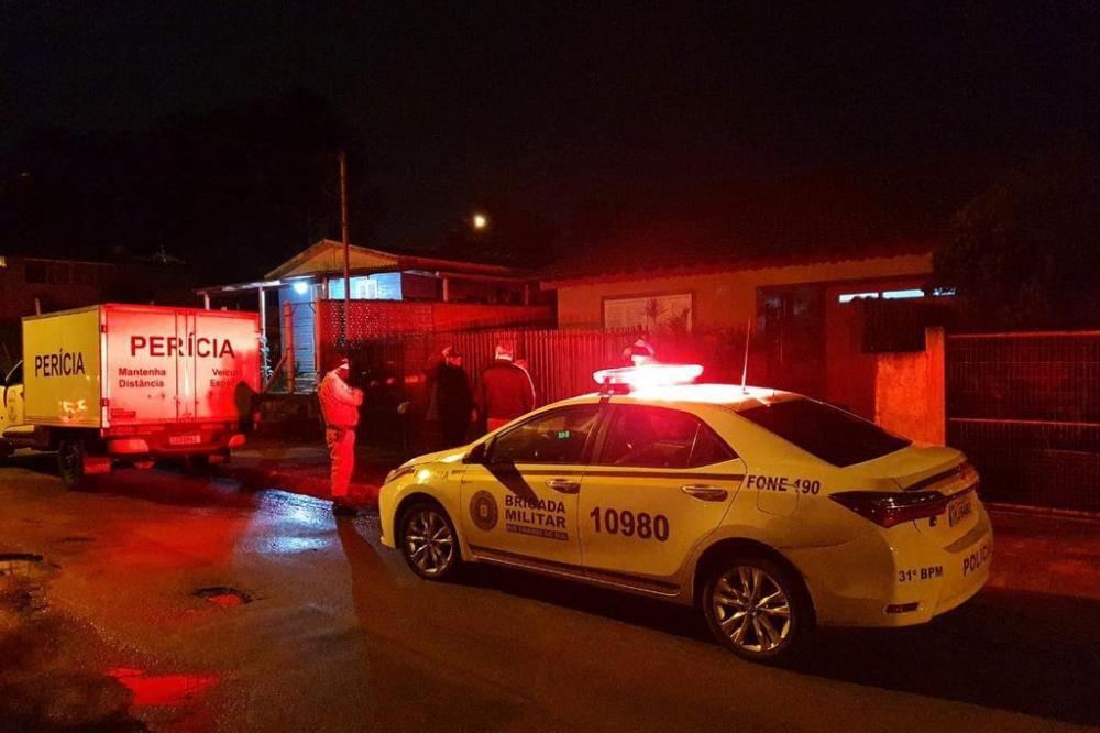 Crime aconteceu no bairro Bom Fim, na casa onde as vítimas moravam. Foto: Alfredo Pereira / RBS TV