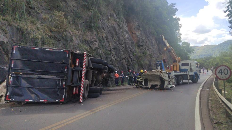 Caminhão se chocou contra outro caminhão e com paredão de pedra em Flores da Cunha — Foto: Divulgação/CRBM
