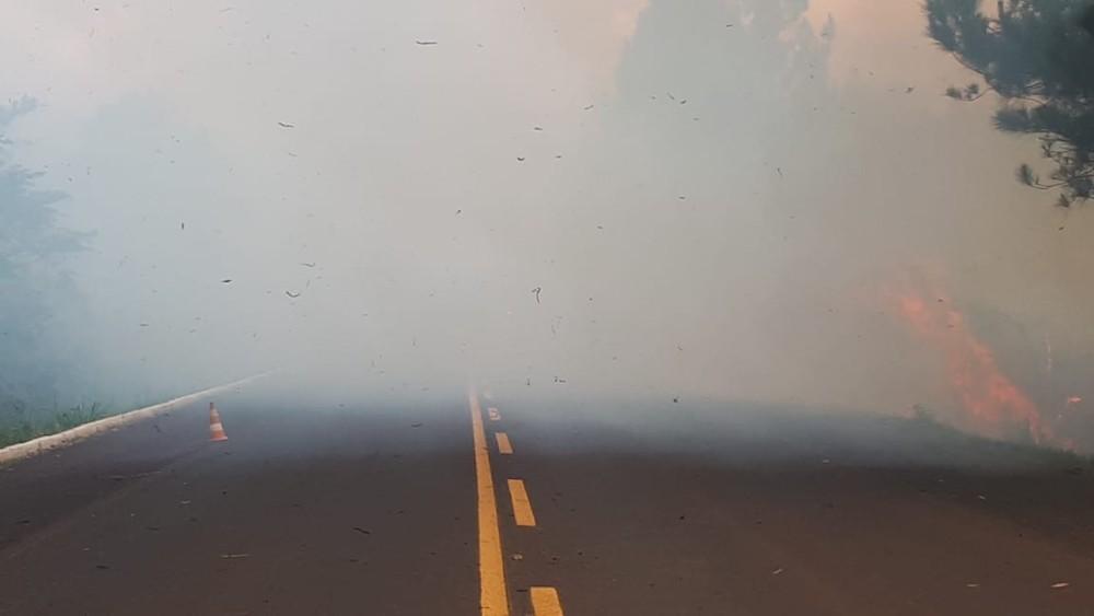 Incêndio às margens de rodovia interrompe o trânsito na BR-468 no Noroeste do RS