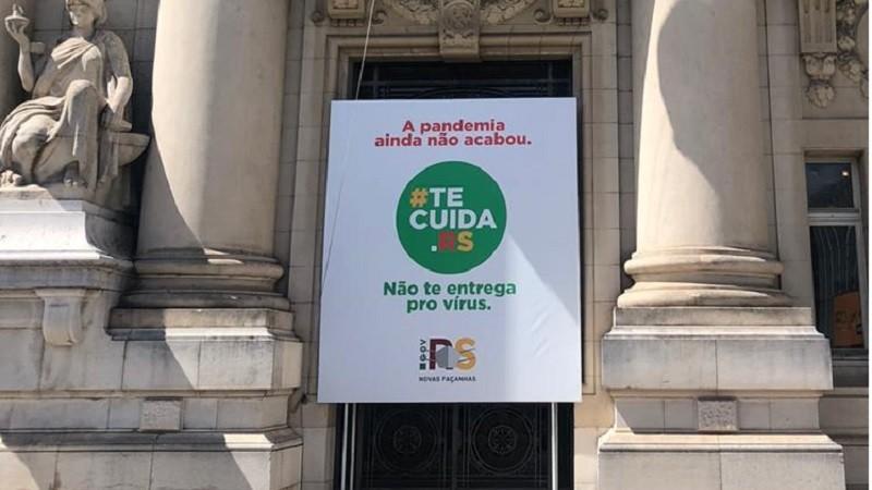 Banner da campanha foi instalado na fachada do Palácio Piratini, no Centro Histórico da capital - Foto: Secom