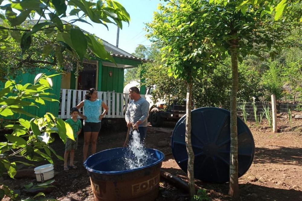 Famílias que estão na zona rural estão recebendo água por caminhões-pipa. Foto: Divulgação / Prefeitura de Tenente Portela