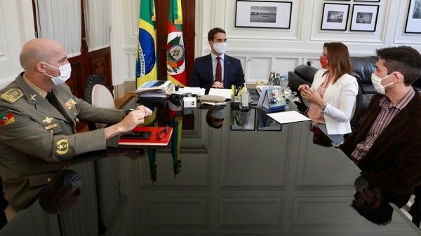 Governador em reunião com o coronel Mohr, comandante-geral da BM; a delegada Nadine, chefe de Polícia; e delegado Bodoia - Foto: Itamar Aguiar / Palácio Piratini