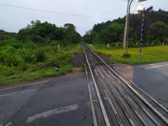 Acidente ocorreu em trecho da BR-280 onde passa trilho de trem no Norte de SC - Foto:PRF/Reprodução