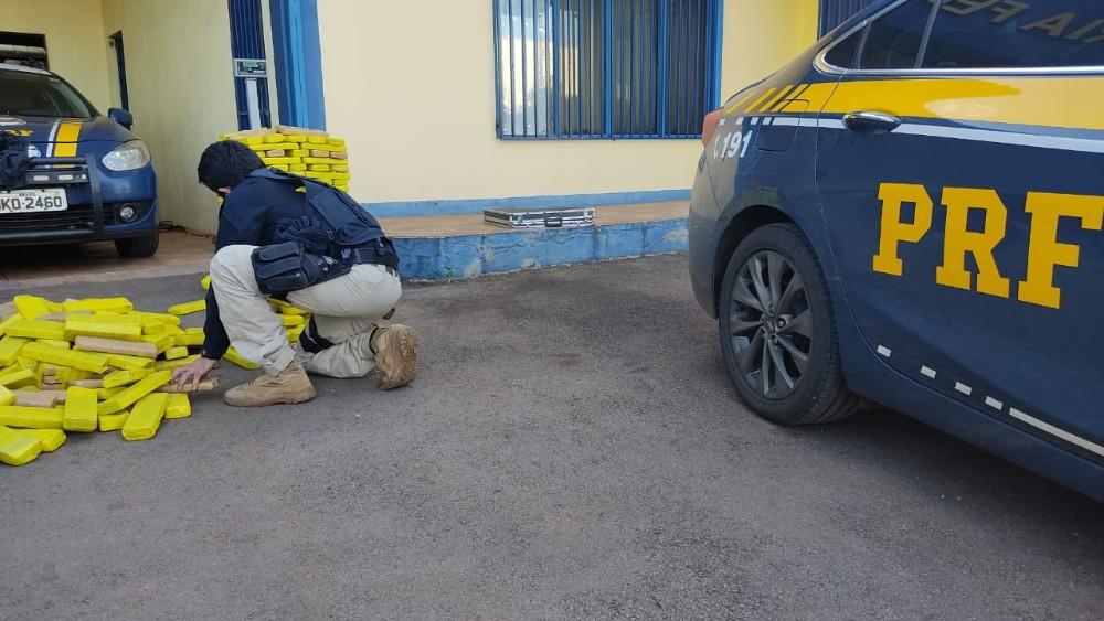 PRF apreende de 230 kg de maconha e prende 4 pessoas após tentativa de fuga.